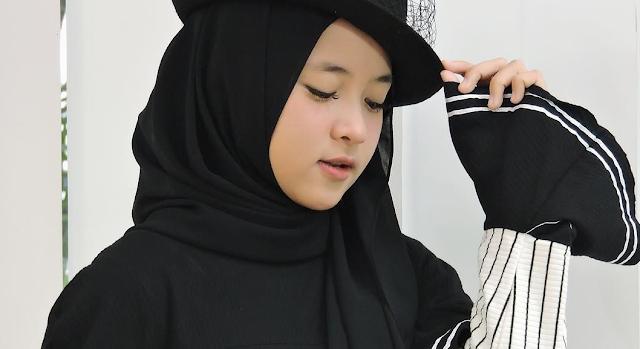 Pashmina dipadukan dengan topi ala Nissa Sabyan