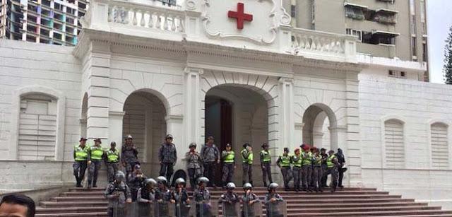PNB dispersó manifestación de trabajadores frente a la Cruz Roja