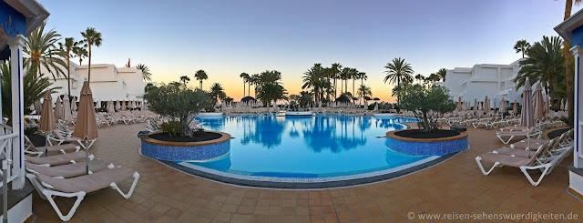 Großer Pool im Hotel Riu Paraiso Lanzarote Resort