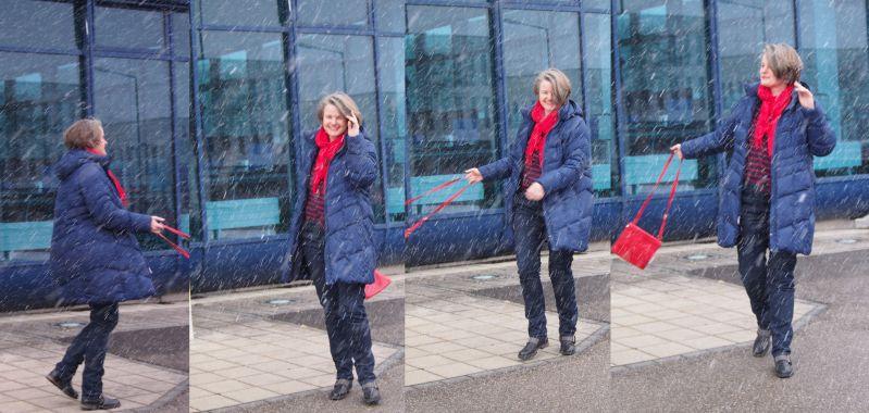 Outfit in Dunkelblau mit roten Details