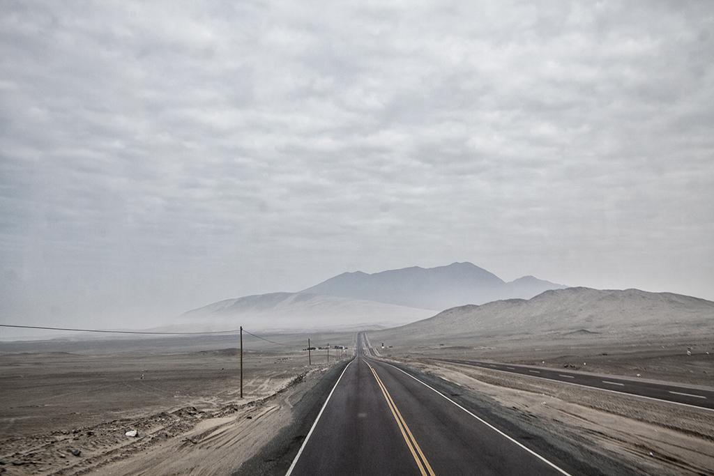 desierto peruano, perspectiva de la carretera