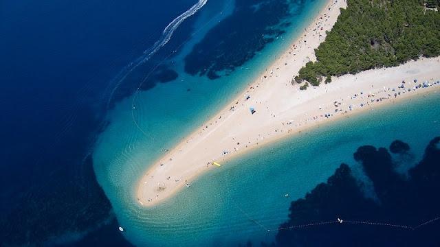 keindahan pantai zlatni rat beach dari atas