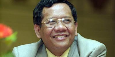 """Biografi  Mahfud MD  Prof. Dr. Mohammad Mahfud MD, SH, SU, terpilih menjadi ketua Mahkamah Konstitusi (MK) periode 2008-2011. Ia didampingi Abdul Muhktie Fadjar sebagai wakil ketua MK. Pemilihan berlangsung terbuka di ruang sidang pleno gedung MK, Jakarta, Selasa (19/8/2008). Mahfud menggantikan Jimly Asshiddiqie yang sudah dua periode menjabat ketua MK.  Mahfud adalah anak keempat dari tujuh bersaudara, Tiga kakaknya antara lain Dhaifah, Maihasanah dan Zahratun. Sementara ketiga adiknya bernama Siti Hunainah, Achmad Subkhi dan Siti Marwiyah. Latar kehidupan keluarganya yang berada di lingkungan taat beragama membuat pemberian nama arab tersebut penting. Khusus bagi Mahfud, arti dari nama """"Mahfud"""" sendiri adalah """"orang yang terjaga"""". Dengan nama itu diharapkan Mahfud senantiasa terjaga dari hal-hal yang buruk. Adapun inisial MD di belakang nama Mahfud adalah singkatan dari nama ayahnya, Mahmodin, dan bukan merupakan gelar akademik seperti sebagian orang menganggapnya.  Sebenarnya sampai lulus SD tidak ada inisial MD di belakang nama Mahfud. Baru ketika ia memasuki sekolah lanjutan pertama, tepatnya masuk ke Pendidikan Guru Agama (PGA), tambahan nama itu bermula. Saat di kelas I sekolah tersebut ada tiga murid yang bernama Mohammad Mahfud. Hal itu membuat wali kelasnya meminta agar di belakang setiap nama"""