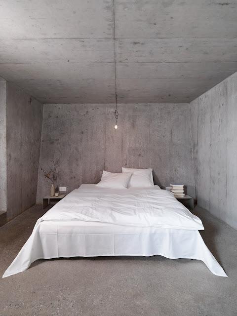 очень лаконичная спальня в бетонном доме