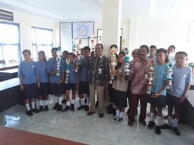 Dinas Pendidikan Kota Ambon Bagikan Piala Festival Lomba Seni Siswa Nasonal (FLS2N)