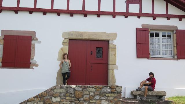 3 d as en el pa s vasco franc s ii espelette ainhoa sare y bayona con botas y mochila - Casas rurales pais vasco frances ...