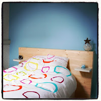 lit et linge de lit blanc et multicolore