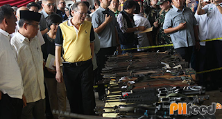 Pnoy during the turnover of weapons by the MILF!