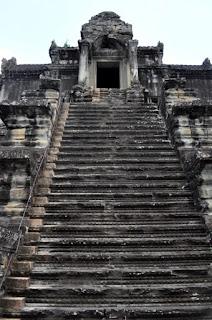 Escalinata de acceso a una de las torres de Angkor Wat, anteriormente denominado Preah Vihear. Desde abajo no parece gran cosa, pero desde arriba la vista de la escalera es escalofriante.