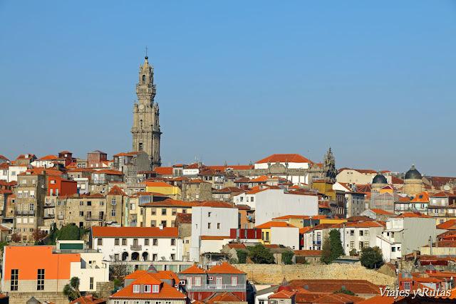 Vistas de la torre de los clérigos desde la catedral de Oporto