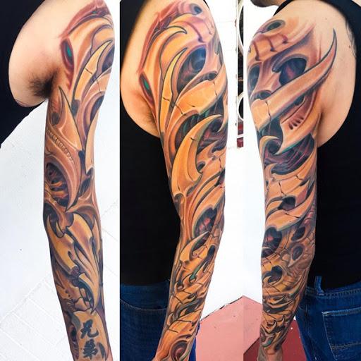 Incrível manga da tatuagem. A tatuagem é composta de lâmina, como objetos que foram colocados artisticamente sobre cada um dos outros para criar uma cascata de design do braço para o pulso.