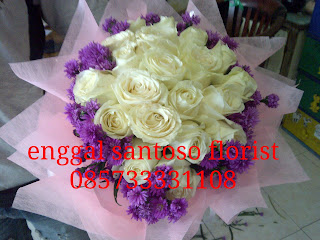 rangkaian bunga tangan mawar putih model bulat