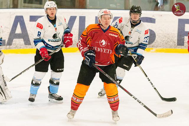 Hokejisti dažādos formas tērpos
