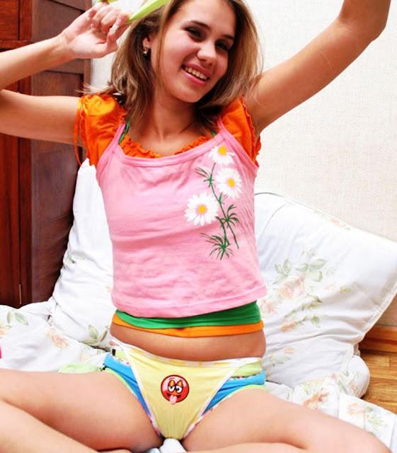 Эротика фото: Выпирает пися из трусов www.eroticaxxx.ru из трусов вылезла писька! Трусы и письки. Письку видно из трусов