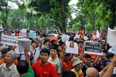 Giới dân chủ nhường nhau biểu tình chống Trung Quốc