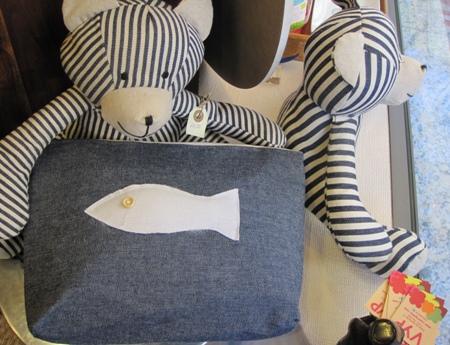 Neceser azul con aplicación pez blanco de tela