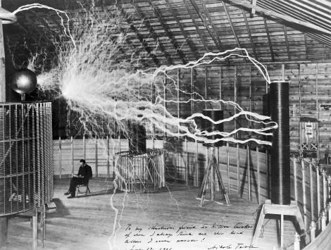 Nikola Tesla en su laboratorio en Colorado Springs