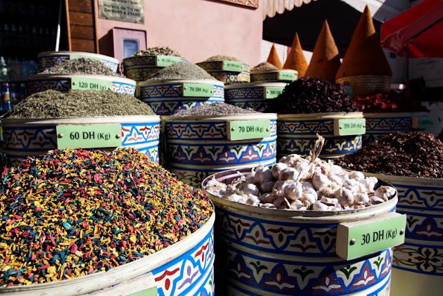 Especias en el exterior de una tienda de Marrakech