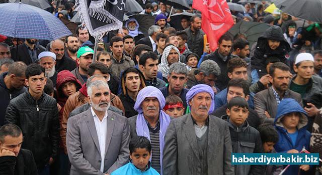 """DİYARBAKIR-Peygamber Sevdalıları Platformuna bağlı Ergani Kardeş-Der tarafından Ergani'de """"Hak ve Adalet Rehberi Hz. Muhammed (sav)"""" temalı Kutlu Doğum etkinliği düzenlendi. Etkinliğe, sağanak yağmura rağmen yoğun katılım gösteren vatandaşlar, alınlarında bandajlar, ellerinde tevhit bayrakları taşıyarak sık sık salâvat ve tekbirler getirdi."""