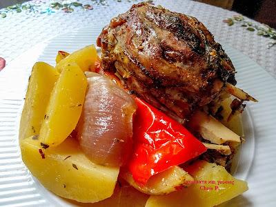 Χοιρινό κότσι με διαφορα λαχανικά ψημένο στο πήλινο πολυ μαλακό και νόστιμο