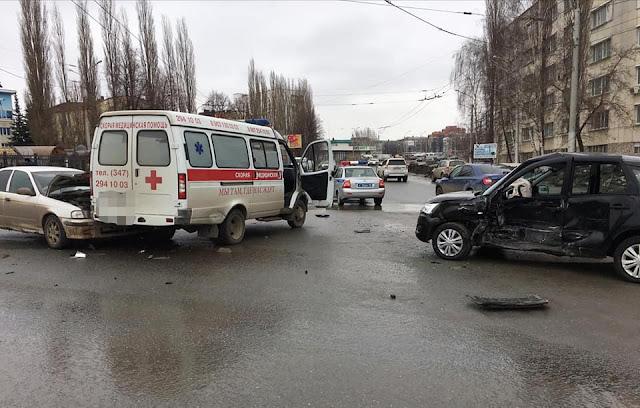 В Уфе машина скорой помощи попала в ДТП, погиб мужчина