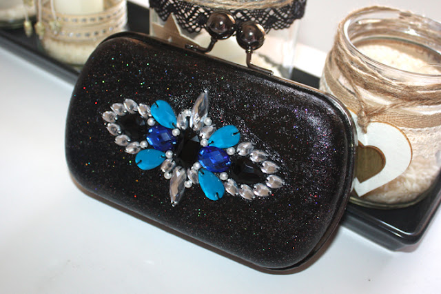 Bolso de fiesta azul electrico y negro para looks de invitada