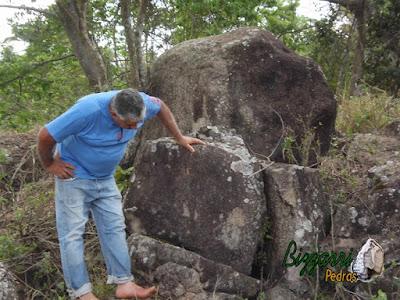 Bizzarri escolhendo pedras para execução de bancos de pedra com pedra moledo.