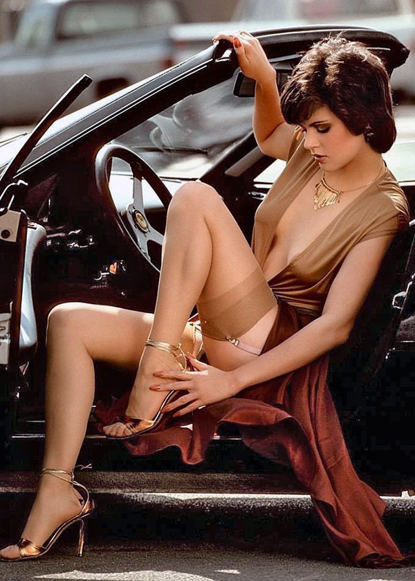 Девушка в чулках за рулём кабриолета