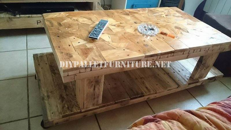 Mesa con pedazos de madera for Mesas con palets de madera