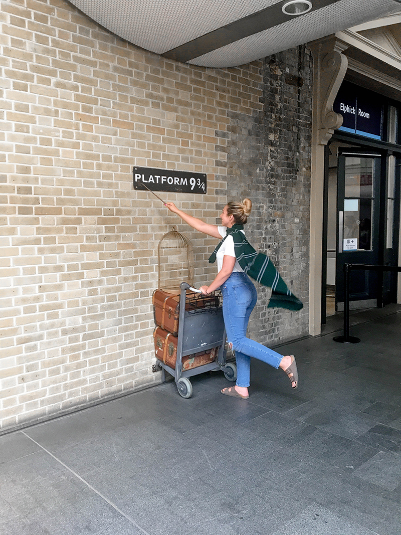 harry potter train station, platform 9 and 3/4, kings cross station