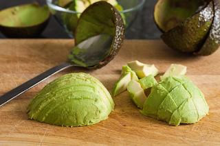 """Avokado UNIK ! Itulah gambaran yang tepat untuk buah avocado.Berbeza dengan buah-buahan lain yang tinggi dengan karbohidrat, avocado pula kaya dengan kandungan lemak yang sihat dan protein. Luarannya kelihatan keras dan sedikit hodoh, tetapi tekstur isi dalamnya berkrim.  Bentuk buah yang juga kelihatan seperti pear ini turut dikenali sebagai """"alligator pear"""" atau """"butter pear"""" dan ianya hidup dalam cuaca panas. Avokado sebenarnya diklasifikasikan sebagai tumbuhan berbunga dan merupakan sebahagian daripda keluarga buah beri.  Info dan Sejarah Avokado Pokok buah avocado California boleh menghasilkan sebanyak 500 biji buah avocado setahun- secara purata sebanyak 150 biji avocado. Avokado berasal dari perkataan Spanish iaitu """"aquacate"""" dan perkataan ini pula berasal dari perkataan Aztec """"ahuacati"""" yang bermaksud pokok testikel. Masyarakat Aztec purba pula menganggap avocado sebagai buah kesuburan.  Kegunaan Buah Avokado Jangan terkejut, kerana avocado mempunyai pelbagai kegunaan. Rasanya yang enak berkrim serta sesuai dimakan bersama pelbagai jenis makanan yang membuatkan avocado sebagai makanan tambahan yang berkhasiat untuk digunakan dalam pelbagai resepi.  Avakado juga bermanfaat jika digunakan secara tipikal. Ia boleh dihiris, dilenyek atau dijadikan puri. Sama juga seperti isinya, biji dan minyak avocado juga mempunyai banyak kegunaan. Bukan sebarangan buah, avocado mempunyai fungsi khusus untuk kecantikkan. Minyak avocado dapat membantu menyegarkan dan melembapkan kulit dan ianya boleh dijadikan sebagai perlindung sinar matahari semula jadi. Sementara avocado yang dilenyek pula boleh mengurangkan lingkaran bawah mata,digunakan sebagai masker atau lulur muka. Setanding dengan buah-buahan lain, avocado turut digunakan secara meluas dalam masakan. Avokado yang dipotong kecil sesuai dijadikan makanan untuk bayi. Ia juga boleh ditambah ke dalam pencuci mulut, salad dan juga dimakan bersama sandwich.  Jika di Brasil, campuran avocado bersama aiskrim sering dijadikan pi"""
