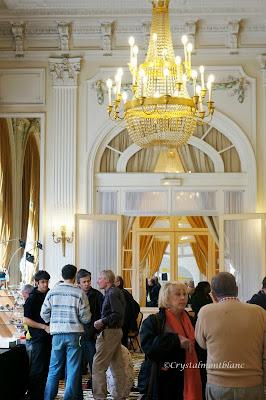 beaucoup de monde dans la salle où a lieu la bourse des cristalliers