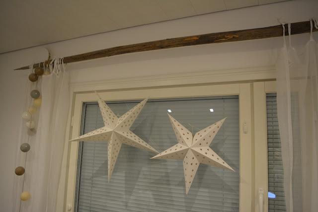 valkoiset paperitähdet ikkunassa heinäseiväs verhotanko