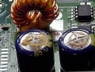 condensadores electrolíticos hinchados y con líquido derramado en el impreso