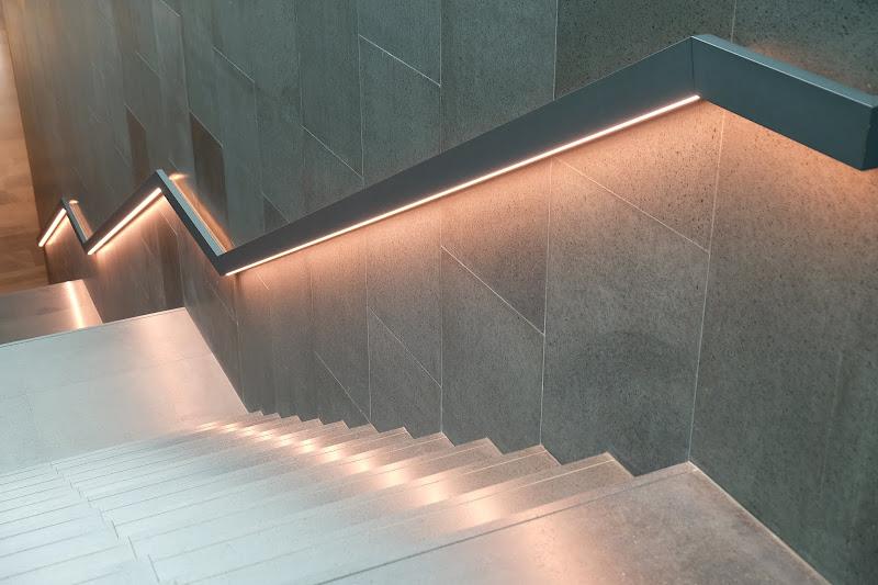Podświetlenie LED  poręczy schodów