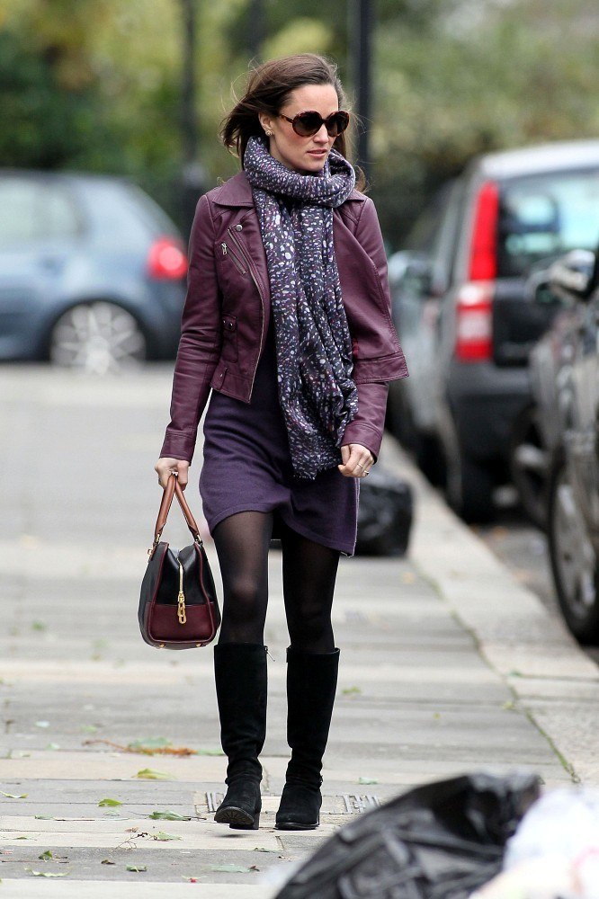 "Pippa Middleton  CHAQUETA: by French Connection - ""Athena"" jacket  VESTIDO:  by Tania   // Cashmere  ""Cleopatra"" - colección 2011  BOLSO:  Loewe ""Amazona""  BUFANDA:  by Beulah London ( cashmere mezcla)  ANTEOJOS: by Stella McCartney"