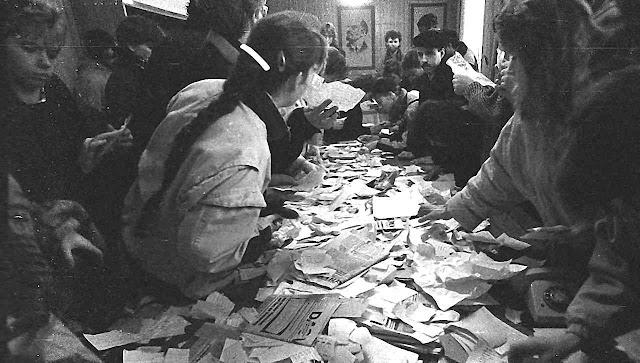 Cidadãos impedem a destruição dos arquivos da polícia secreta comunista em Erfurt, 4-12-1989