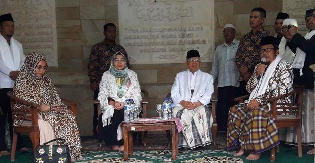 Ziarah ke Kuburan Raden Aria Wiratanudatar, KH Ma'ruf Berharap Dapat Hidayah & Berkah