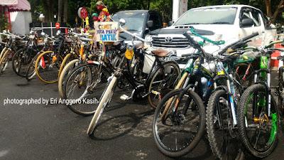 Berbagai komunitas sepeda ikut partisipasi gowes bareng berbaju batik.