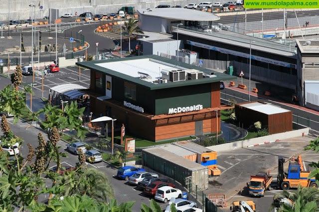 El viento arranca parte del techo del McDonald's de La Palma