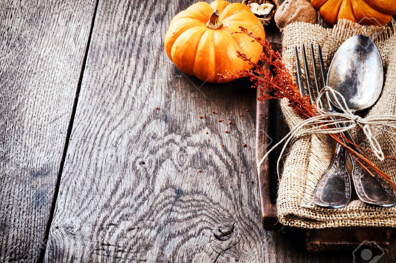 seasonal-table-setting-with-small-pumpkins-and-autumn-decoration