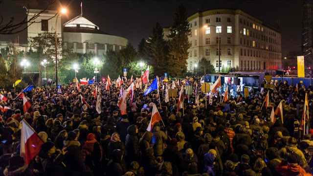Manifestantes polacos bloquean Parlamento y encierran a políticos