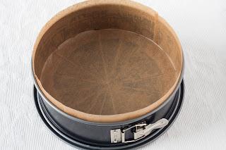 Kalup za tortu obložen papirom za pečenje