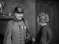 """Кадр из к/ф Чарли Чаплина """"На плечо"""" / Shoulder Arms (1918) - 23"""