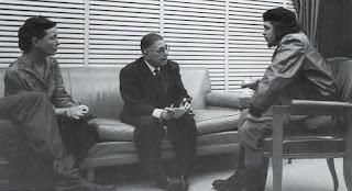 Η Σιμόν ντε Μπωβουάρ με τον Ζαν-Πωλ Σαρτρ σε συζήτηση με τον Τσε Γκεβάρα το 1960