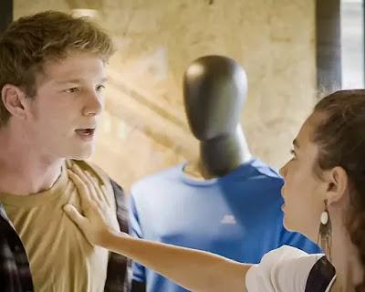 Rita (Alanis Guillen) não deixa Filipe (Pedro Novaes)