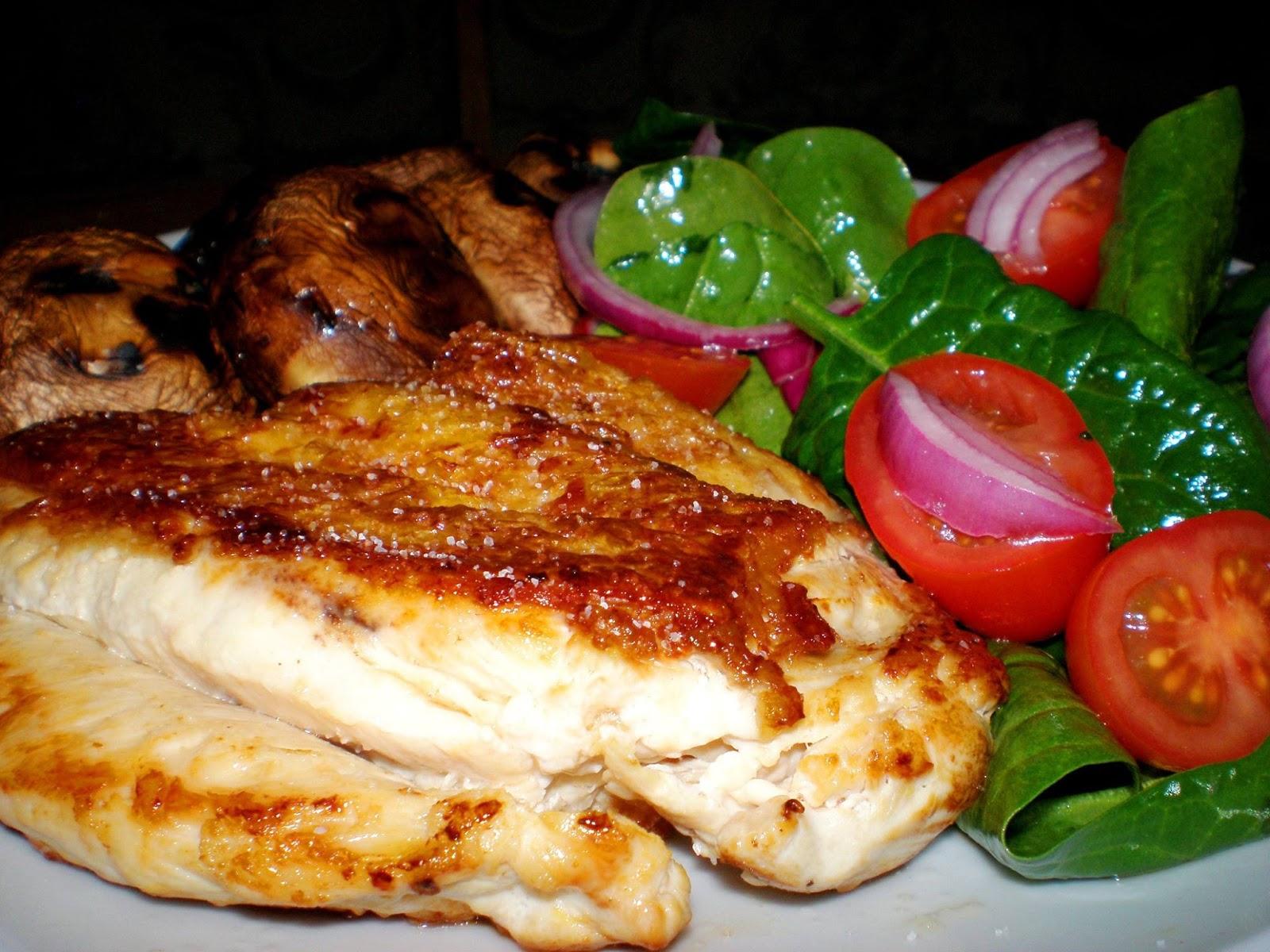 Piept de pui și ciuperci pe grill, salată de spanac
