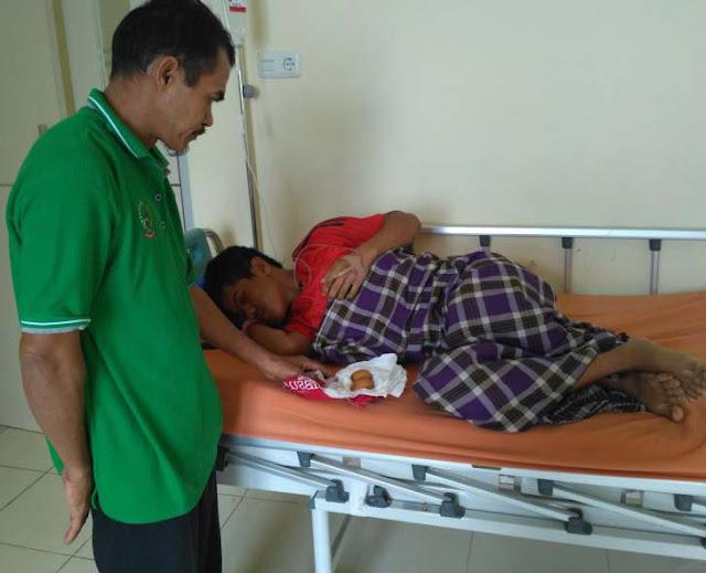 Akmal siswi SMP yang mengeluarkan dua telur dari perutnya saat berada di salah satu ruang rawat inap rumah sakit didampingi ayah kandungnya.