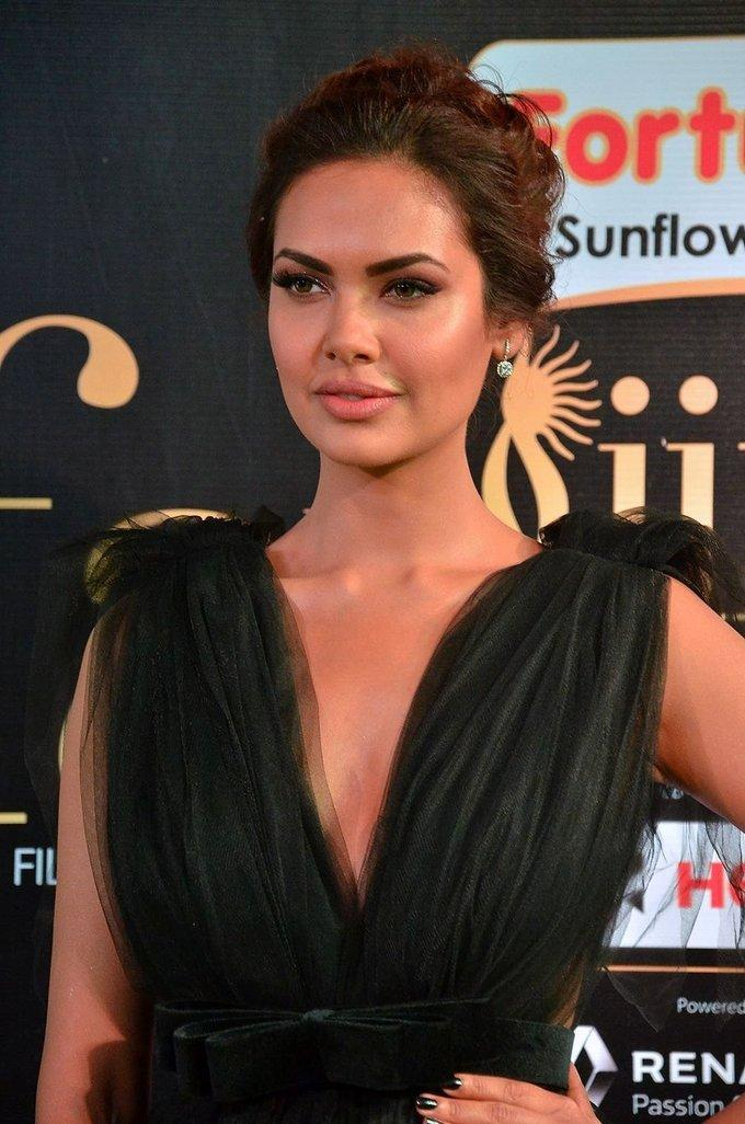 Hindi Actress Esha Gupta At IIFA Awards 2017 In Green Dress