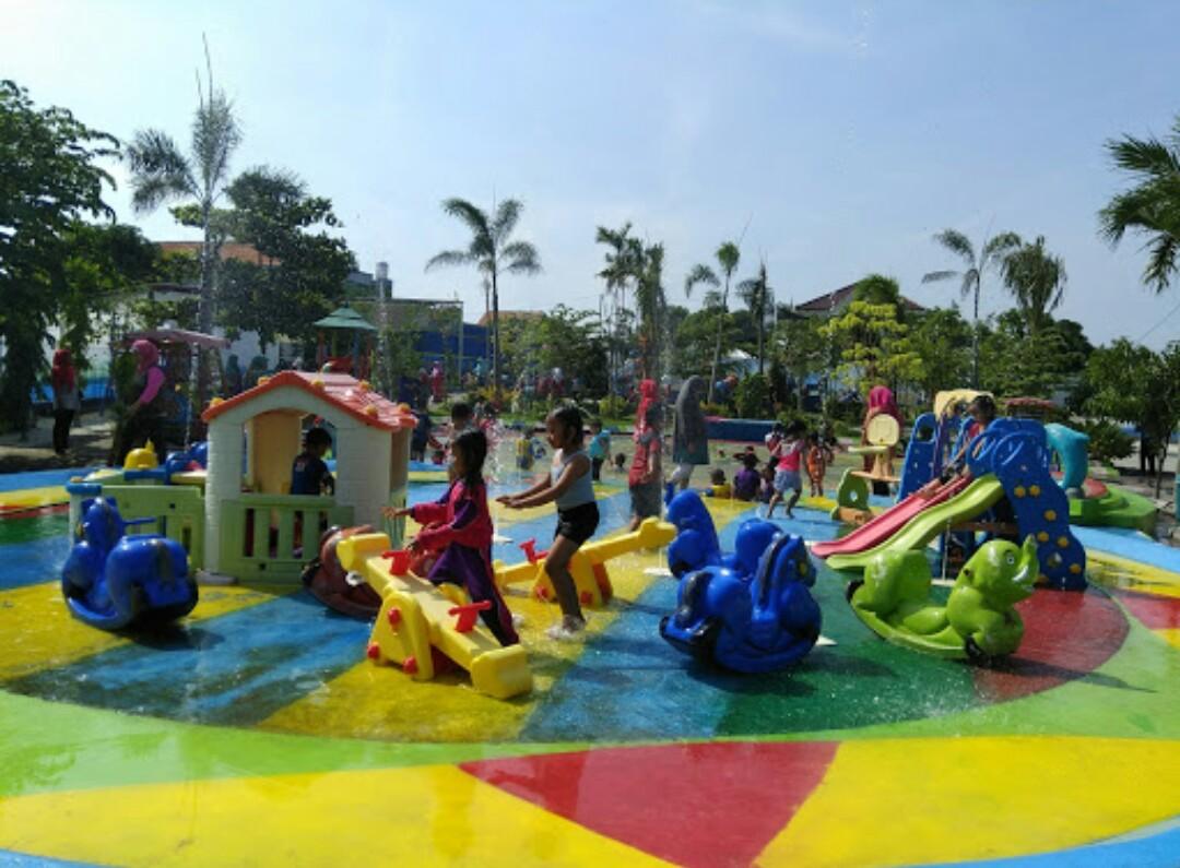 Destinasi kolam renang Surya Waterboom Menganti